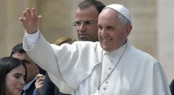 Pope Celebrates 'Divine Mercy' Mass With Prisoners, Refugees and Health Workers